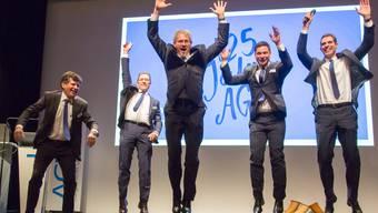 Kurt Schmid (vorne) und seine Vorstandskollegen aus dem Gewerbeverband beim gemeinsamen Luftsprung.