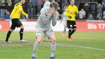 Enttäuschung und Ratlosigkeit: Nicolas Schindelholz vergräbt nach dem erneuten Rückschlag sein Gesicht in den Händen.Bild: Freshfocus