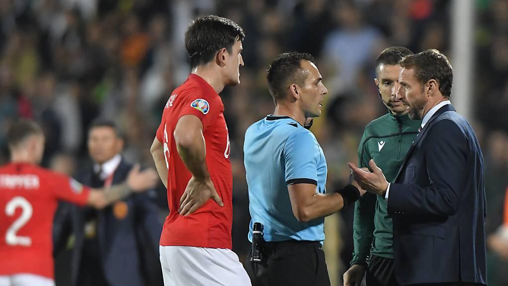 Die englischen Spieler und Trainer Gareth Southgate intervenieren mehrmals beim Schiedsrichter