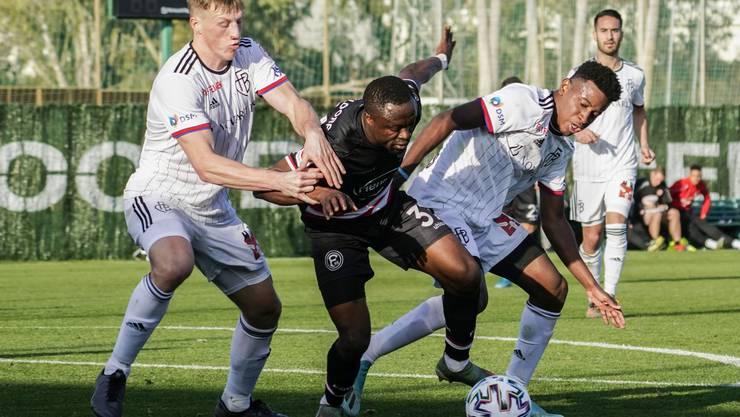 Der FC Basel testet am Freitag gegen Düsseldorf - erfolgreich. Die Basler (hier Emil Bergström und Eric Ramires) gewinnen mit 3:2.