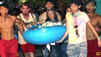 Hilfe für eine Verletzte nach der Explosion in einem Freizeitpark in Taiwan - für den Veranstaltungsmanager bedeutet das Unglück eine Haftstrafe von fast fünf Jahren. (Archivbild)