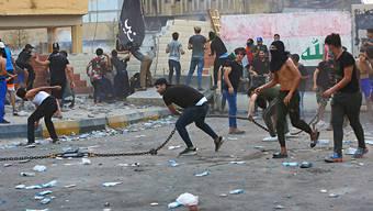 Zahlreiche Demonstranten forderten am Mittwoch in Basra im Irak bessere Dienstleistungen ihres Staates und stiessen dabei mit Sicherheitskräften aufeinander.