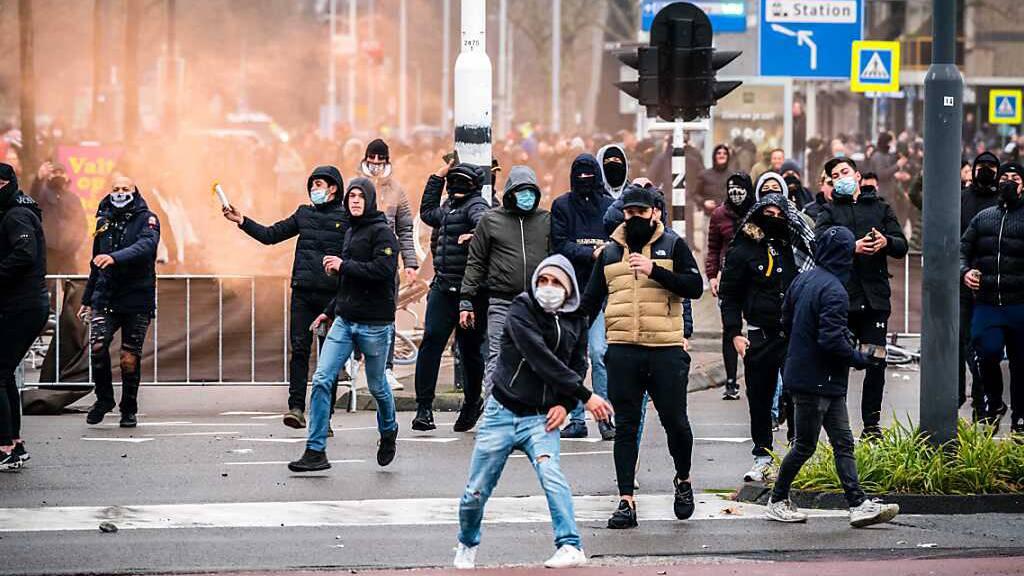 Krawalle bei Protesten gegen Corona-Massnahmen in Niederlanden