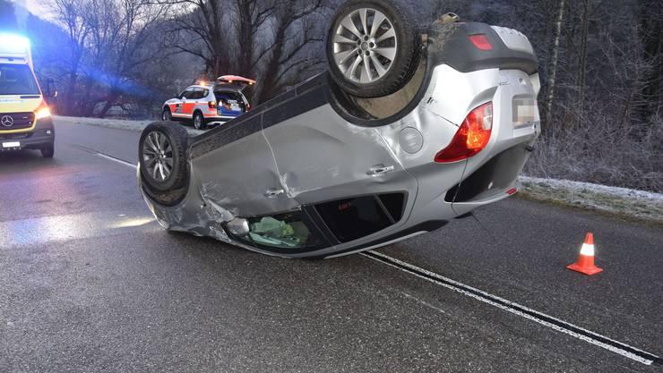 Unfall in Kleinlützel: Dieses Auto überschlug sich, nachdem es gegen eine Böschung fuhr.