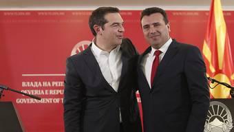 Der griechische Ministerpräsident Alexis Tsipras (links) und der Regierungschef von Nordmazedonien, Zoran Zaev, schlagen ein neues Kapitel in den Beziehungen der beiden Länder auf. (AP Photo/Boris Grdanoski)