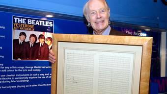 """Beatles-Produzent George Martin mit der Original-Partitur zum Hit """"Yesterday"""""""