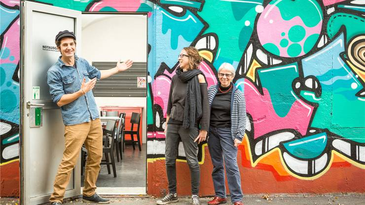Die Jugendarbeiter Eveline Zeder und Benjamin Pfeuti mit Stadträtin Heidi Berner beim Jugendtreff Tommasini. Chris Iseli
