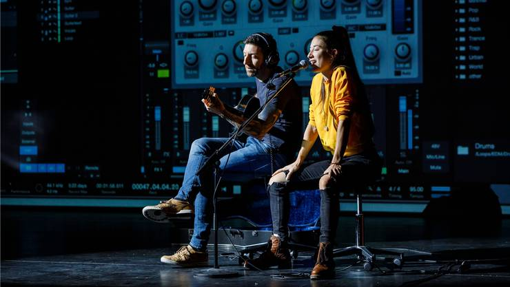 Schauspielerin Tatjana Sebben und stv. Bühnenmeister Alessandro Pergola mit Ed Sheerans «Shape of you».