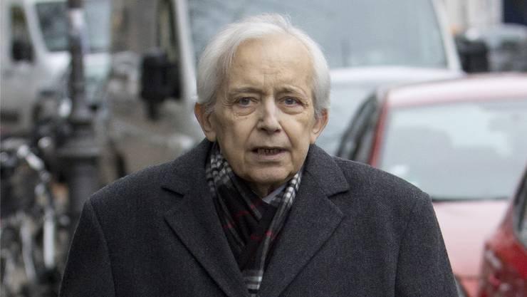 Der medienscheue Cornelius Gurlitt verlässt seine Wohnung in München im November 2013.
