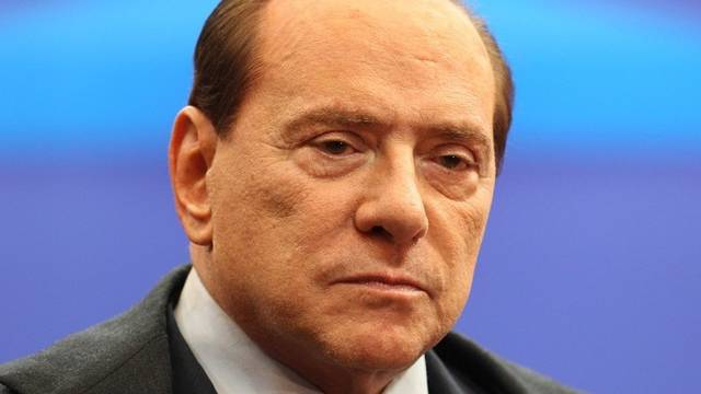 Berlusconi hat wegen der Schuldenkrise keine Zeit zum Singen (Archiv)