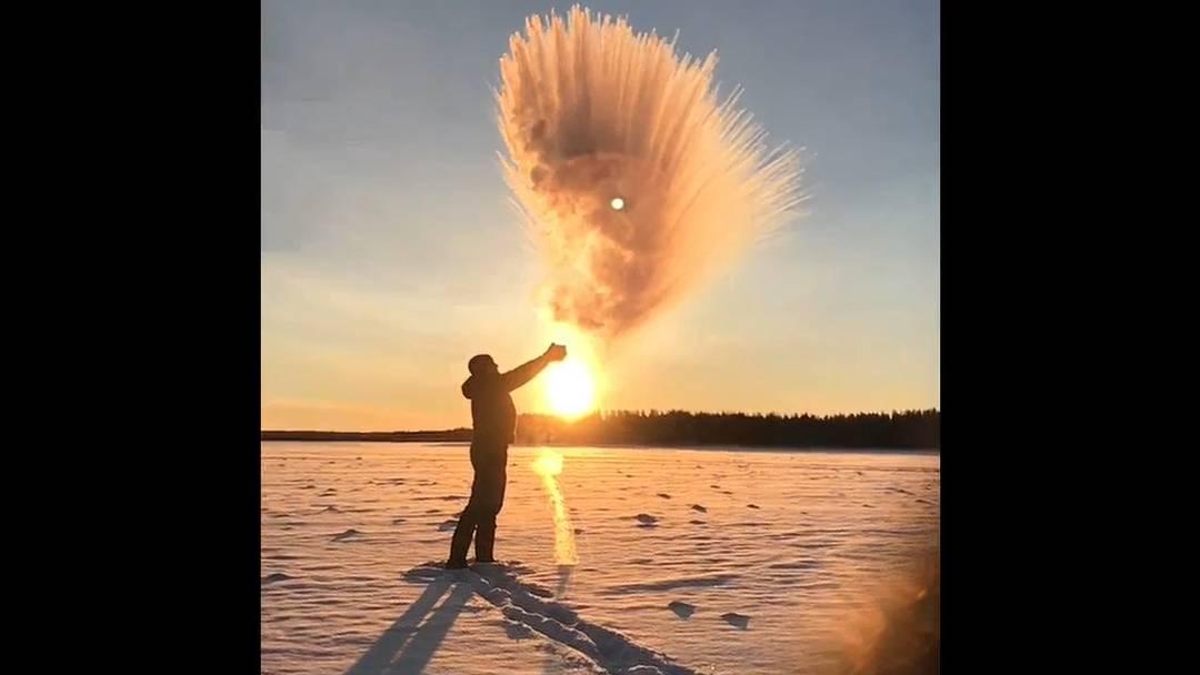 Wahnsinnig kalt und wunderschön: Wasserspiele in der untergehenden Sonne Lapplands.