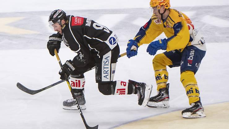 Lugano's David McIntyre (links) gegen den Davoser player Perttu Lindgren