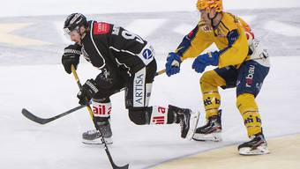 Lugano's David McIntyre (links) gegen den Davoser player Perttu Lindgren