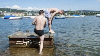 Baden im Zürichsee: Während der Hitze herrscht an vielen Seen in der Schweiz Hochbetrieb. (Archiv)