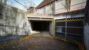 Dient dem Kanton bald als «Überlaufbecken»: Eingang der Zivilschutz-Anlage Löhrenacker im Westen von Aesch.