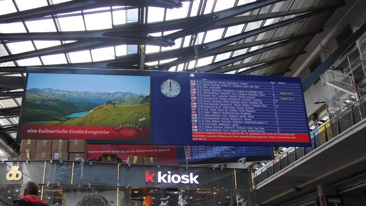 LED-Informationstafeln sind in den grösseren Bahnhöfen der Schweiz (hier beispielsweise in Luzern) im Grossformat gang und gäbe. Ein Postulat von Manuela Ehmann (EVP) bezüglich LED-Infotafeln für die Stadt Dietikon stösst im Gemeinderat vor allem auf Ablehnung.