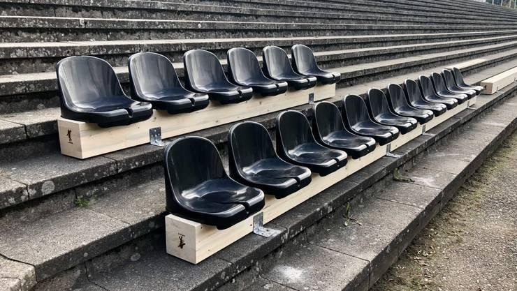 Die Brügglifeld-Stehrampe im Coronakleid: Mit auf Holzbalken verschraubten Sitzschalen