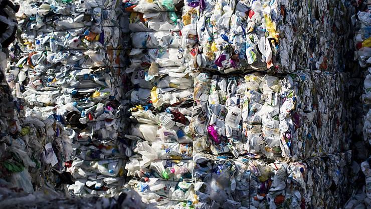 Grosskonzerne wie Novartis und UBS gehen gegen den immensen Plastikverbrauch vor. (Archivbild)