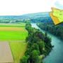 Auf den heute landwirtschaftlich genutzten Flächen soll beim «Reusspark» in Niederwil (Gebäude in der Bildmitte, auf dem Plan rechts in grau) ein Golfplatz entstehen.