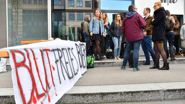 Blutfreies Bier: Mit dieser plakativen Botschaft rief eine Gruppe Studierender der sozialen Arbeit kritisch das Sponsoring der Ruag in Erinnerung.