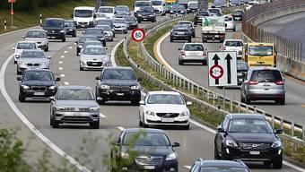 Die Neuimmatrikulationen von Personenwagen sind im April in der Schweiz um zwei Drittel zurückgegangen. (Archivbild)