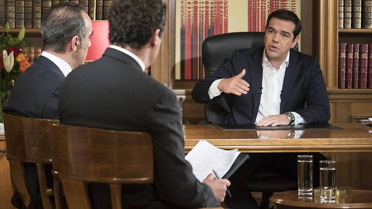 Der griechische Ministerpräsident Tsipras (rechts) rechtfertigt sich im Staatsfernsehen ERT.