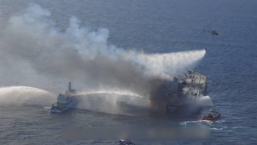 Öl-Tanker steht in Flammen