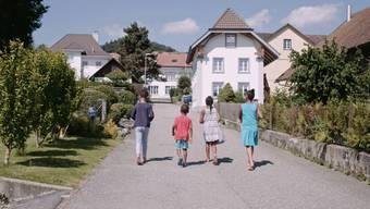 Ausgehend von den Ereignissen in Oberwil-Lieli erzählt der Dokumentarfilm von der Schweiz in Zeiten der Flüchtlingskrise.