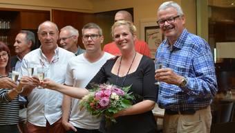 Die frisch gewählte Fabienne Moser-Frei inmitten ihrer Unterstützer im Restaurant Heimat. Rechts im Bild ihr Vater, alt Bezirksrat Hansjörg Frei.
