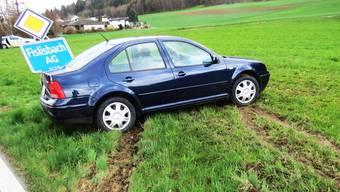 Eine Autofahrerin prallt in Fislisbach gegen eine Ortstafel.