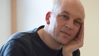 Schriftsteller Tim Krohn spricht nur in der Nähe der Berge in Glarner Dialekt.Judith Schlosser