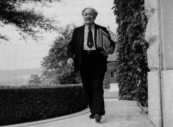 Der Chemiker und Weltenbummler René Clavel - hier im Garten seiner Villa «Castelen» in Augst - liebte die römische Kultur und stiftete das Römerhaus in Augusta Raurica.