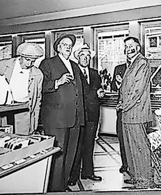 Bei der Eröffnung der Filiale Igelweid (1930) war Migros-Gründer Gottlieb Duttweiler (2.v.l.) zugegen.