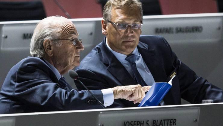 Sepp Blatter und sein Vertrauter und Fifa-Generalsekretär Jérôme Valcke (r.): Gegen letzteren wird wegen Verdachts auf Betrug, Geldwäsche und Bestechung ermittelt.