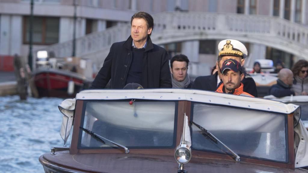 Ministerpräsident Conte (links) beim Augenschein in der Serenissima.