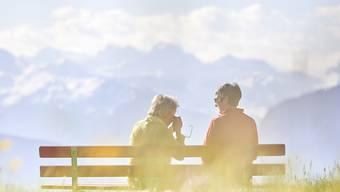 Wer im Gespräch das Verhalten seines Gegenübers nachmacht, steigert in den Augen dieses Gegenübers seine Beliebtheit. (Symbolbild)