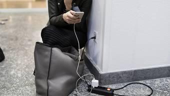 Schweizer Mobilfunkkunden sind weiterhin treue Kunden. Die Zahl der Wechselwilligen jedoch steigt. (Symbolbild)