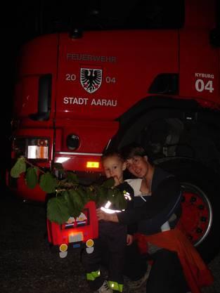 Ein richtiger Feuerwehrfan geht auch mit einer Feuerwehrautolaterne an den Bachfischet. Bild von Leserreporter Dominik Schifferle, Aarau.