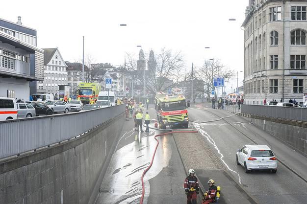 Bei einer Strassenunterführung am Zürcher Sihlquai in der Nähe des Hauptbahnhofs kurz nach 11 Uhr dichter Rauch auf.