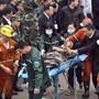 Nach einem Grubenunglück in China konnte ein Kumpel lebend gerettet werden. Zwei Arbeiter starben, zahlreiche weitere werden noch vermisst.