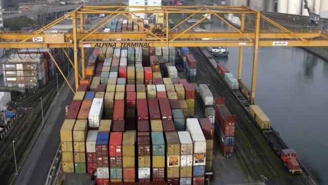 Container von Rhenus Alpina im Basler Rheinhafen.