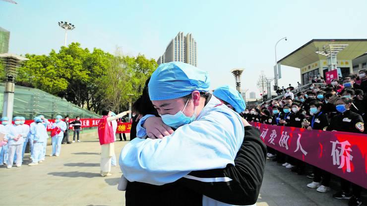 China hat die Pandemie für den Moment zurückgedrängt. Am Freitag traten auswärtige Ärzte und Pflegende die Heimreise aus der stark betroffenen Millionenmetropole Wuhan an.