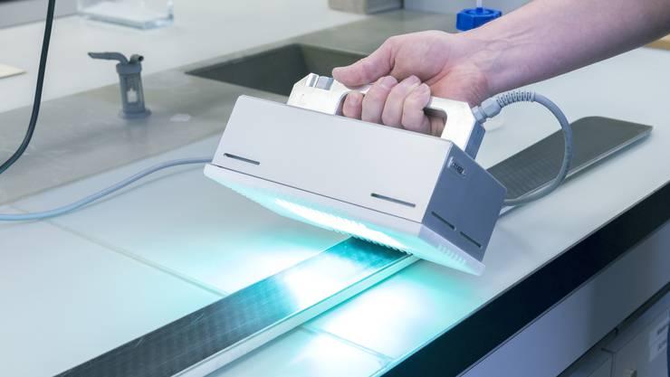Polyethylenmolekülewerden als Spraylösung aufgetragen und reagieren unter UV-Licht.