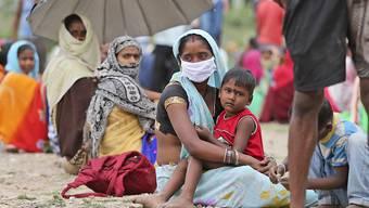ARCHIV - Seit Wochen sind Millionen Wanderarbeiter in Indien unterwegs, weil sie wegen der Ende März kurzfristig angekündigten Einschränkungen plötzlich ihre Jobs in den großen Städten verloren haben. Foto: Channi Anand/AP/dpa