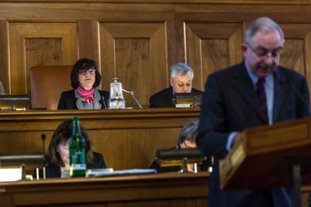 Kantonsratspräsidentin Brigitta Johner (FDP, Urdorf) und der 2. Vize-Präsident Rolf Steiner (SP, Dietikon) lauschen der Debatte im Rat.