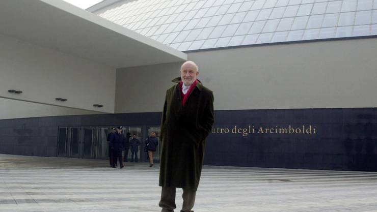 Der italienische Stararchitekt Vittorio Gregotti im Jahr 2002 vor dem von ihm entworfenen Arcimboldi-Theater in Mailand. Er starb an einer Coronavirus-Erkrankung. (KEYSTONE/AP Photo/Luca Bruno)