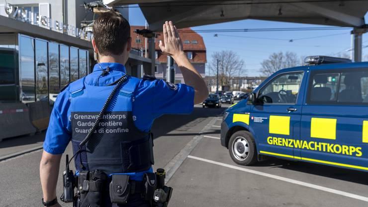 Wer in die Schweiz will, wird an der Grenze nach wie vor kontrolliert (Symbolbild).