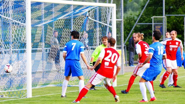 Die Geroldswiler (in Blau) kassieren das 0:1.