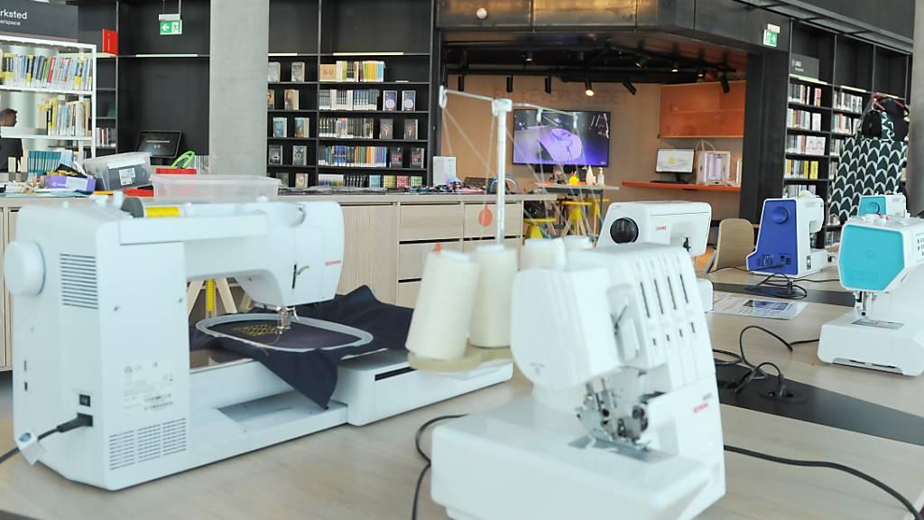 Nähmaschinen stehen in der Deichman Hauptbibliothek im Stadtteil Bjørvika. Hier spielen Bücher nicht mehr die größte Rolle. In dem Glastempel am Fjord kann man auch Trompete lernen, mit seinen Freunden FIFA spielen oder seine Hose nähen. Die Bibliothek wird am 18. Juni eröffnet. Foto: Sigrid Harms/dpa