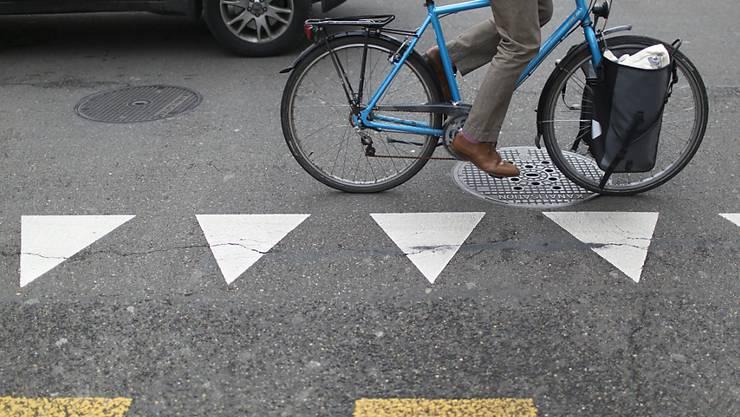 Der Velofahrer trug einen weissen oder grauen Helm, Jeans und schwarze Schuhe. (Symbolbild)